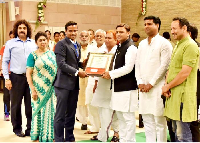 मुख्यमंत्री श्री अखिलेश यादव 29 अगस्त, 2016 को लक्ष्मण व रानी लक्ष्मीबाई पुरस्कार वितरण समारोह में हाॅकी खिलाड़ी श्री दानिश मुज्तबा को सम्मानित करते हुए।