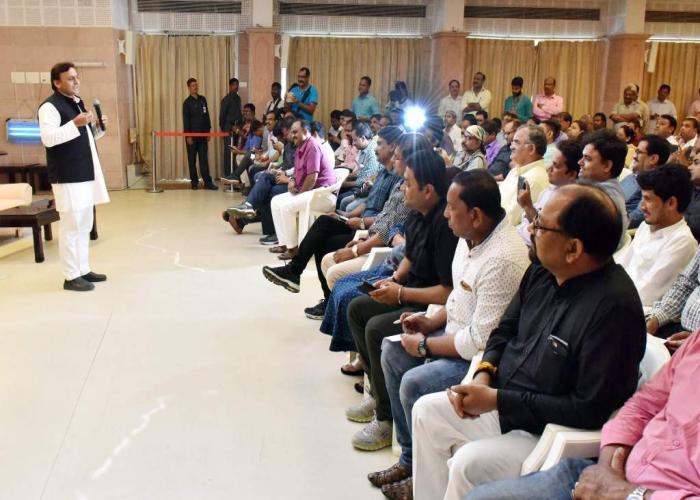 उत्तर प्रदेश के मुख्यमंत्री श्री अखिलेश यादव 17 सितम्बर, 2016 को अपने सरकारी आवास पर आयोजित पत्रकार वार्ता को सम्बोधित करते हुए।