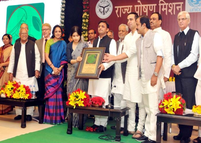 1 नवम्बर, 2014 को मुख्यमंत्री श्री अखिलेश यादव अपने सरकारी आवास पर आयोजित 'राज्य पोषण मिशन' के 'लोगो' का अनावरण करते हुए।