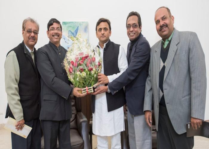 मुख्यमंत्री श्री अखिलेश यादव 23 दिसम्बर, 2015 को अपने सरकारी आवास पर बंगाली समाज के प्रतिनिधिमण्डल से मुलाकात करते हुए।