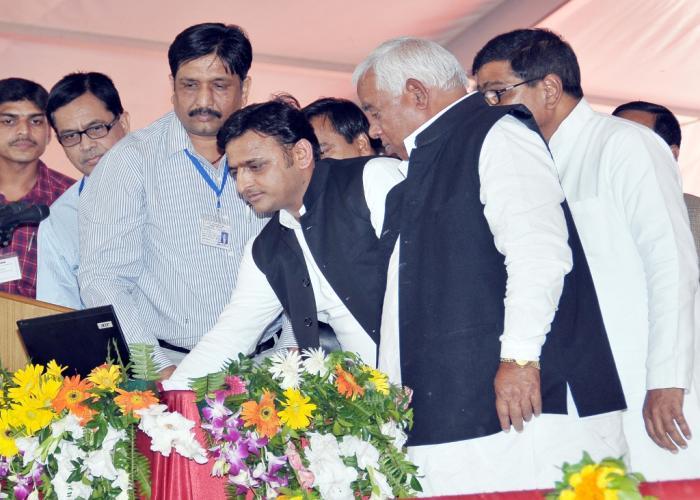 05 नवम्बर, 2014 को लखनऊ में मुख्यमंत्री श्री अखिलेश यादव समाजवादी पेंशन योजना के शुभारम्भ के अवसर पर एकीकृत पेंशन पोर्टल का उद्घाटन करते हुए।