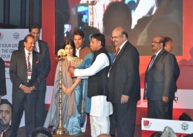 मुख्यमंत्री श्री अखिलेश यादव 4 जनवरी, 2016 को आगरा में प्रथम 'उत्तर प्रदेश प्रवासी दिवस' समारोह का दीप प्रज्ज्वलित कर उद्घाटन करते हुए।