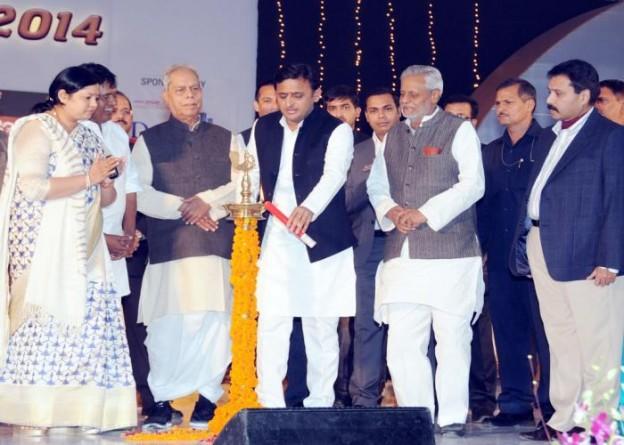 25 नवम्बर, 2014 को उत्तर प्रदेश के मुख्यमंत्री श्री अखिलेश यादव दीप प्रज्ज्वलित कर लखनऊ महोत्सव का शुभारम्भ करते हुए।