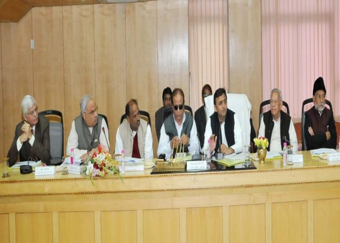 18 दिसम्बर, 2014 को मुख्यमंत्री श्री अखिलेश यादव योजना भवन, लखनऊ में आयोजित उ0प्र0 राज्य सड़क सुरक्षा परिषद की प्रथम बैठक की अध्यक्षता करते हुए।