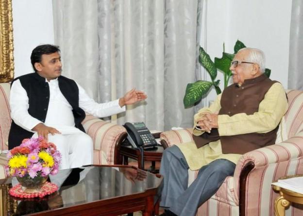 उत्तर प्रदेश के राज्यपाल श्री राम नाईक से मुख्यमंत्री श्री अखिलेश यादव 18 दिसम्बर, 2014 को राजभवन में भेंट करते हुए।