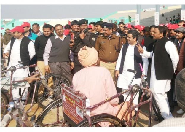 उत्तर प्रदेश के मुख्यमंत्री श्री अखिलेश यादव दिनांक 06 जनवरी, 2015 को सैफई में विकलांगजन को उपकरण प्रदान किए जाने के अवसर पर