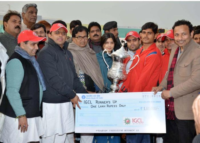 07 जनवरी, 2015 को मुख्यमंत्री श्री अखिलेश यादव सैफई, इटावा में इण्डियन ग्रामीण क्रिकेट लीग की रनर अप टीम को पुरस्कृत करते हुए।