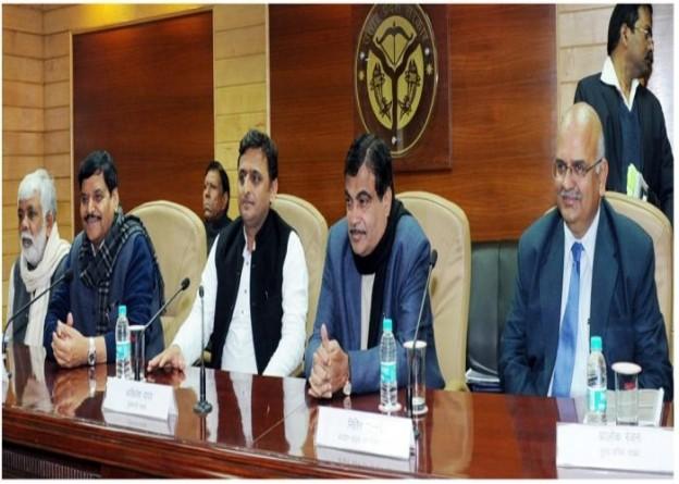 21 जनवरी 2015 को मुख्यमंत्री श्री अखिलेश यादव केन्द्रीय सड़क परिवहन मंत्री के साथ प्रदेश के राष्ट्रीय मार्गों की समीक्षा के बाद पत्रकारों को सम्बोधित करते हुए।