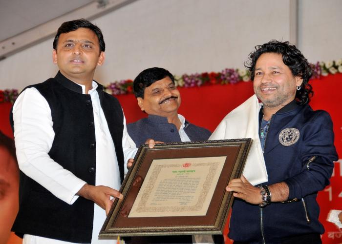 मुख्यमंत्री श्री अखिलेश यादव 09 फरवरी, 2015 को लखनऊ में आयोजित यश भारती सम्मान अलंकरण समारोह में श्री कैलाश खेर को सम्मानित करते हुए।