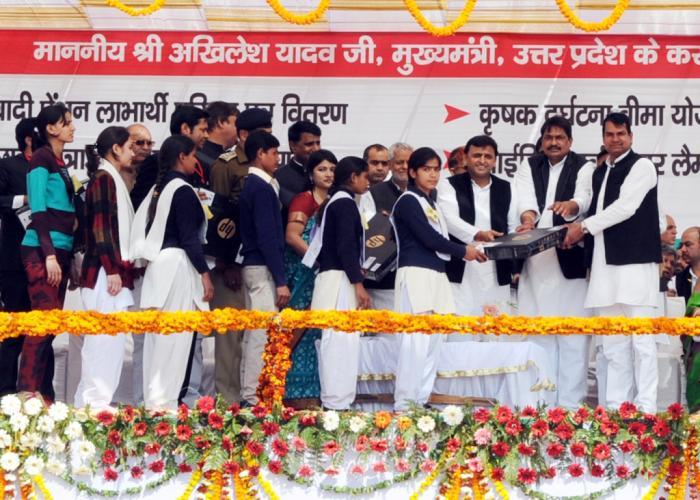 उत्तर प्रदेश के मुख्यमंत्री श्री अखिलेश यादव 10 फरवरी, 2015 को बुलन्दशहर में मेधावी छात्रों को लैपटाॅप वितरित करते हुए।