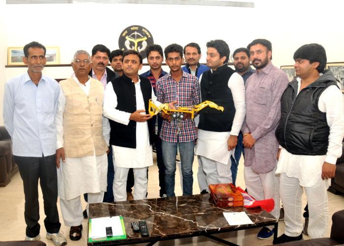 मुख्यमंत्री श्री अखिलेश यादव 19 फरवरी, 2015 को अपने सरकारी आवास पर शामली के छात्र श्री गौरव उपाध्याय द्वारा तैयार किए गए जे0सी0बी0 के माॅडल का अवलोकन करते हुए।