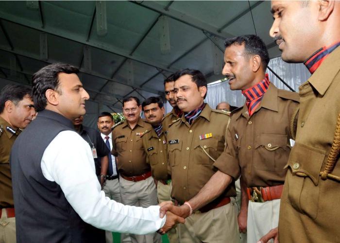 मुख्यमंत्री श्री अखिलेश यादव 28 फरवरी, 2015 को अपने सरकारी आवास पर पुलिस सप्ताह के अवसर पर पुलिसकर्मियों से भेंट करते हुए।