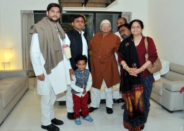 उत्तर प्रदेश के मुख्यमंत्री श्री अखिलेश यादव को 04 मार्च, 2015 को उनके सरकारी आवास पर पूर्व मुख्यमंत्री श्री नारायण दत्त तिवारी अपने परिजनों के साथ होली की बधाई देते हुए।
