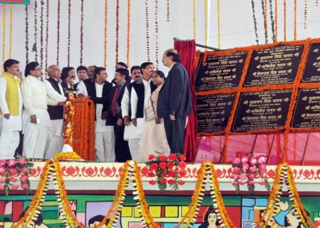 उत्तर प्रदेश के मुख्यमंत्री श्री अखिलेश यादव 05 मार्च, 2015 को सैफई, इटावा में कल्याणकारी योजनाओं का शिलान्यास एवं लोकार्पण करते हुए।
