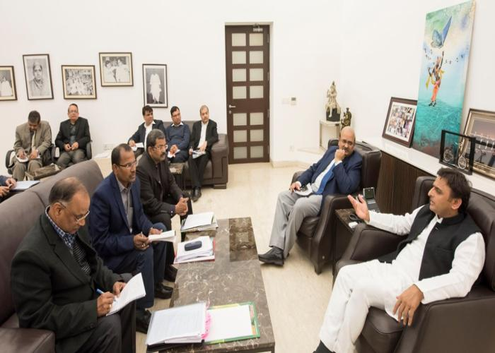 मुख्यमंत्री अखिलेश यादव 24 दिसम्बर, 15 को लखनऊ में बुन्देलखण्ड में सूखे की समस्या हेतु तत्काल राहत उपलब्ध कराने के लिए अधिकारियों को निर्देश देते हुए।
