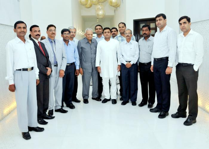 मुख्यमंत्री श्री अखिलेश यादव 14 सितम्बर, 2014 को अपने सरकारी आवास पर उच्च न्यायालय, इलाहाबाद के न्यायिक संघ के प्रतिनिधिमण्डल के साथ।