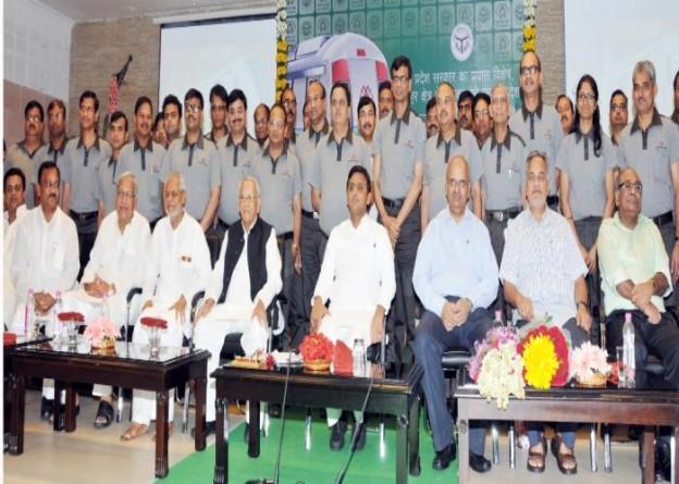 मुख्यमंत्री श्री अखिलेश यादव 11 जुलाई, 2015 को अपने सरकारी आवास पर लखनऊ मेट्रो के स्टाफ के लिए यूनीफाॅर्म लाँचिंग कार्यक्रम के अवसर पर।