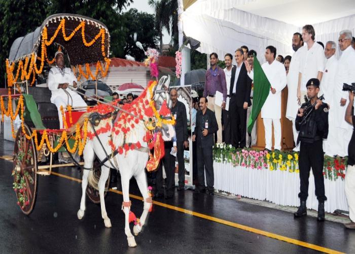 मुख्यमंत्री श्री अखिलेश यादव 18.8.2015 को लखनऊ में पर्यटक तांगों के संचालन के शुभारम्भ अवसर पर तांगों को हरी झण्डी दिखाकर रवाना करते हुए।