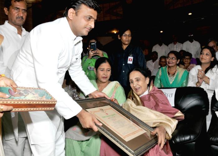 मुख्यमंत्री श्री अखिलेश यादव 22 अगस्त, 2015 को लखनऊ में आयोजित बेगम अख़्तर पुरस्कार अलंकरण समारोह 2014,15 के दौरान श्रीमती ज़रीना बेगम को पुरस्कार प्रदान करते हुए।