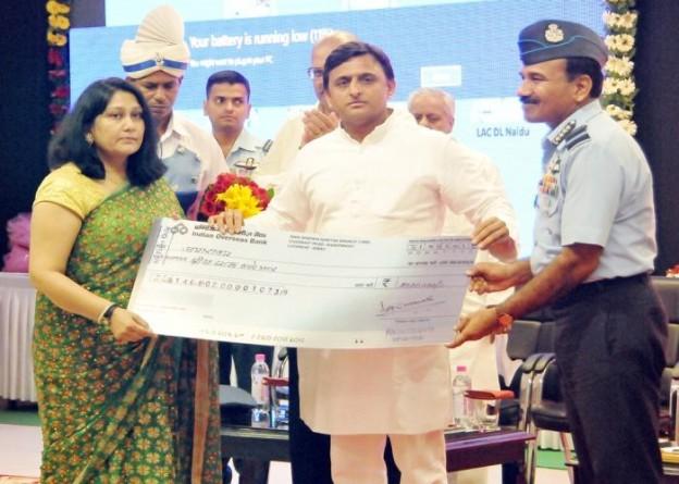 मुख्यमंत्री श्री अखिलेश यादव 3 सितम्बर, 2015 को लखनऊ में वायु सेना के शहीद विंग कमाण्डर टी0एन0वी0 सिंह की पत्नी श्रीमती जया रावत को आर्थिक सहायता प्रदान करते हुए।