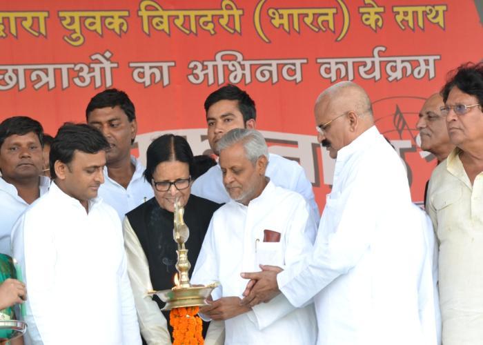 मुख्यमंत्री श्री अखिलेश यादव शुक्रवार को गांधी जयन्ती के अवसर पर जनपद आगरा में आयोजित 'एक सुर एक ताल' कार्यक्रम का दीप प्रज्ज्वलित करते हुए।