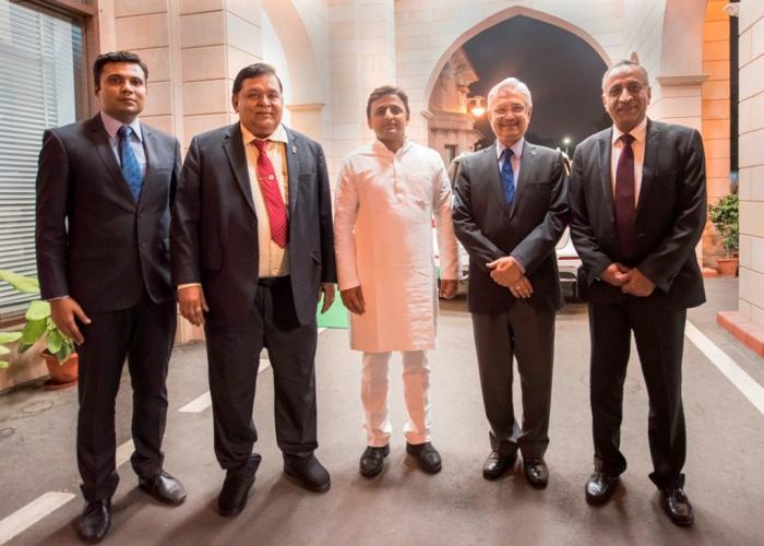 मुख्यमंत्री श्री अखिलेश यादव अपने सरकारी आवास पर 13 अक्टूबर, 2015 को लार्सन एण्ड टूब्रो के चेयरमैन श्री ए0एम0 नाईक व कम्पनी के अन्य अधिकारियों के साथ।