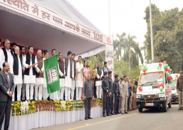 मुख्यमंत्री श्री अखिलेश यादव 28 नवम्बर, 2015 को '108' समाजवादी स्वास्थ्य सेवा के तहत 500 अतिरिक्त नये वातानुकूलित एम्बुलेंस वाहनों को झण्डी दिखाकर रवाना करते हुए।