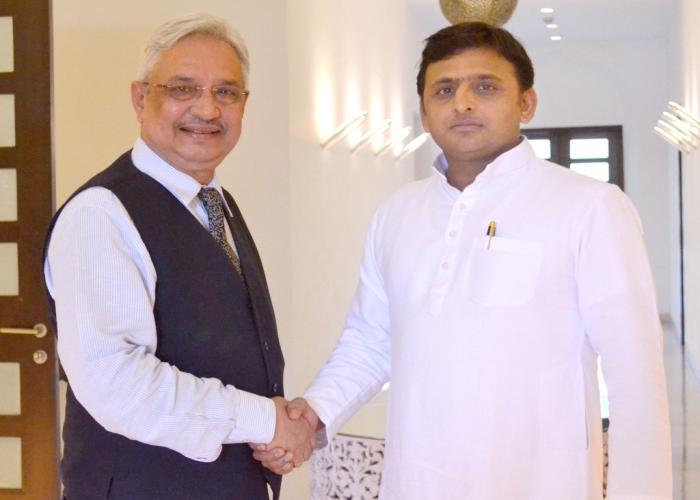 उत्तर प्रदेश के मुख्यमंत्री श्री अखिलेश यादव अपने सरकारी आवास पर लार्सन एण्ड ट्यूब्रो के निदेशक शैलेन्द्र राॅय से भेंट करते हुए।