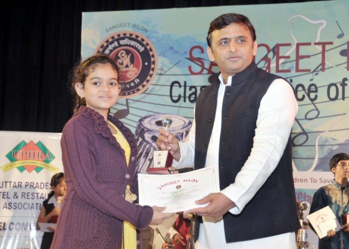 मुख्यमंत्री श्री अखिलेश यादव 12 दिसम्बर, 2015 को संत गाडगे आॅडिटोरियम, लखनऊ में आयोजित 'क्लासिकल वाॅयस आॅफ इण्डिया2015' के एक विजेता को पुरस्कृत करते हुए।