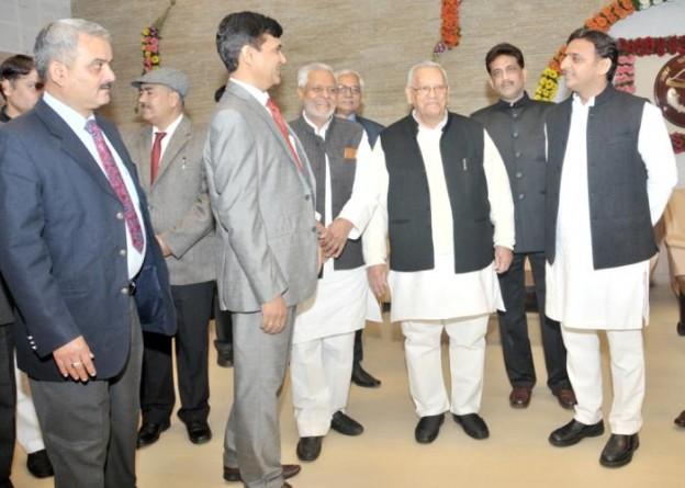 मुख्यमंत्री श्री अखिलेश यादव से 1 जनवरी, 2016 को नव वर्ष की शुभकामनाओं का आदानप्रदान करते हुए बेसिक शिक्षा मंत्री , राजनैतिक पेंशन मंत्री एवं वरिष्ठ अधिकारीगण।