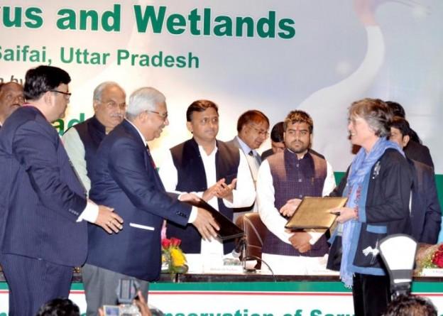 उत्तर प्रदेश के मुख्यमंत्री श्री अखिलेश यादव 2 फरवरी, 2016 को सैफई इटावा में अन्तर्राष्ट्रीय क्रेन फाउण्डेशन के साथ समझौता ज्ञापन एम0ओ0यू0 का आदानप्रदान के अवसर पर।