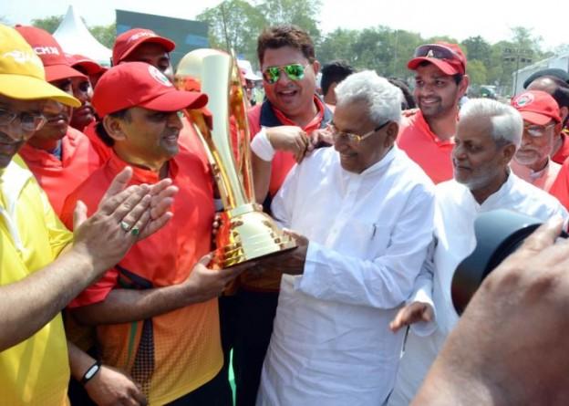 विधान सभा स्पीकर मुख्यमंत्री श्री अखिलेश यादव को 20 मार्च, 2016 को सीएम11 बनाम आई.ए.एस.11 मैत्री मैच के उपरान्त विजेता ट्राॅफी प्रदान करते हुए।