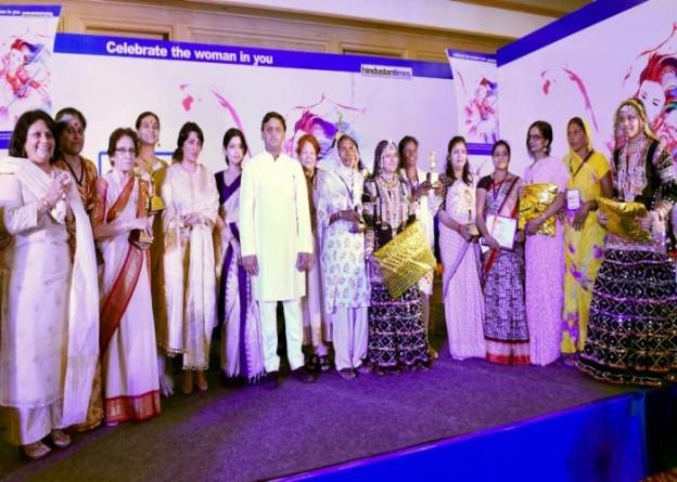 उत्तर प्रदेश के मुख्यमंत्री श्री अखिलेश यादव 16 अप्रैल, 2016 को लखनऊ में एच0टी0 वूमन अवार्ड2016 कार्यक्रम के दौरान सम्मानित प्रतिभागियों के साथ।