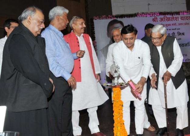 मुख्यमंत्री श्री अखिलेश यादव 31 मई, 2016 को लखनऊ में 'यह सब मैं निज नयनन्हि देखी' पुस्तक के लोकार्पण समारोह का शुभारम्भ करते हुए।