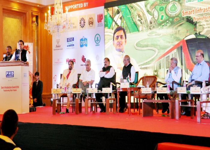 मुख्यमंत्री श्री अखिलेश यादव 23 अगस्त, 2016 को लखनऊ में स्मार्ट इन्फ्रास्ट्रक्चर समिट2016 को सम्बोधित करते हुए।
