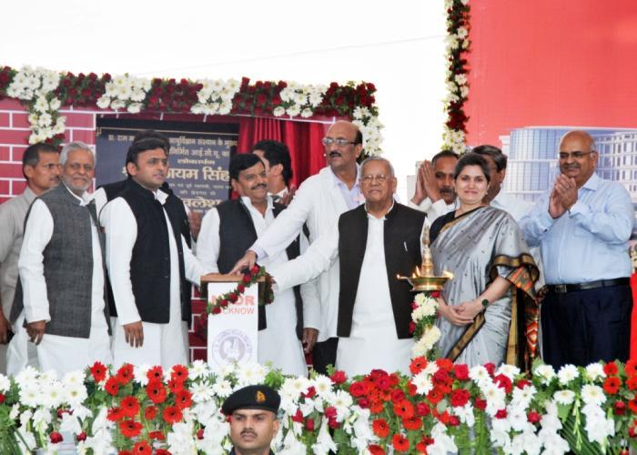 10, नवम्बर 2014 को लखनऊ में उत्तर प्रदेश के मुख्यमंत्री श्री अखिलेश यादव RMLIMS के एकेडमिक ब्लाॅक का शिलान्यास तथा RML अस्पताल में मेडिसिन वाॅर्ड का बटन दबाकर लोकार्पण करते हुए।