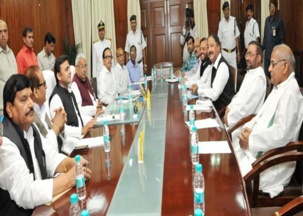 13 नवम्बर, 2014 को उत्तर प्रदेश के मुख्यमंत्री श्री अखिलेश यादव विधान भवन में आयोजित सर्वदलीय बैठक के दौरान।