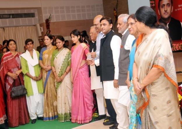 19 नवम्बर, 2014 को उत्तर प्रदेश के मुख्यमंत्री श्री अखिलेश यादव रानी लक्ष्मीबाई महिला सम्मान कोष में व्यक्तिगत योगदान के तौर पर एक लाख रुपए का चेक प्रदान करते हुए।