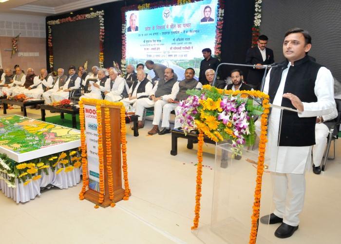 23 नवम्बर, 2014 को मुख्यमंत्री श्री अखिलेश यादव अपने सरकारी आवास, 5 कालिदास मार्ग, लखनऊ में आयोजित आगरालखनऊ एक्सप्रेसवे शिलान्यास कार्यक्रम को सम्बोधित करते हुए।