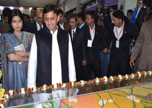 आगरा में सोमवार को आगरालखनऊ एक्सप्रेसवे के माॅडल को देखते हुए मुख्यमंत्री श्री अखिलेश यादव। साथ में, सांसद श्रीमती डिम्पल यादव।