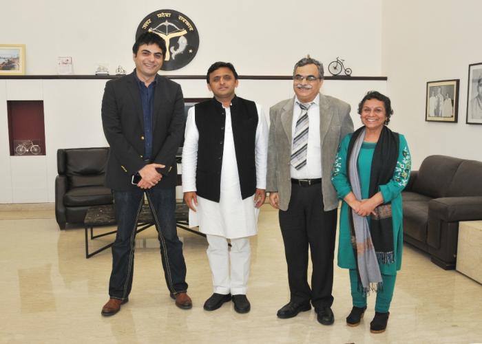 उत्तर प्रदेश के मुख्यमंत्री श्री अखिलेश यादव से 20 दिसम्बर, 2014 को उनके सरकारी आवास पर समाजसेवी श्री दीपेन्द्र मनोचा ने भेंट की।