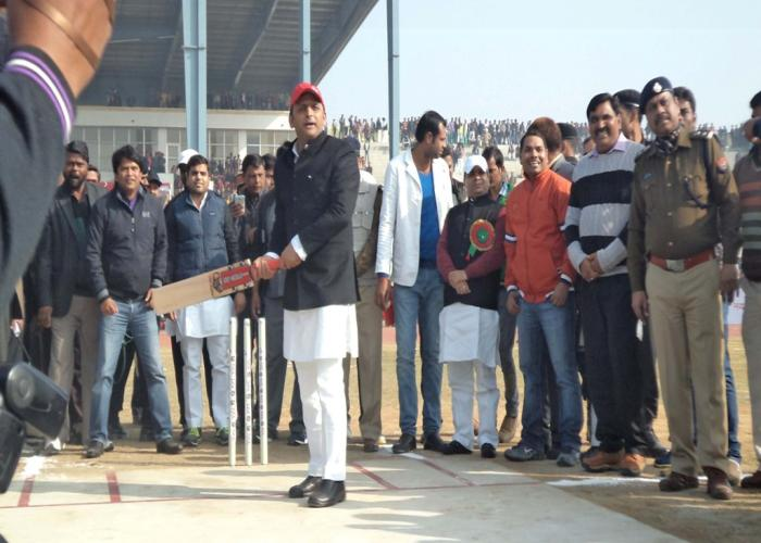 28 दिसम्बर, 2014 को मुख्यमंत्री श्री अखिलेश यादव जनपद इटावा में 'सैफई महोत्सव' के अन्तर्गत आयोजित इण्डियन ग्रामीण क्रिकेट लीग का बल्लेबाजी कर शुभारम्भ करते हुए।