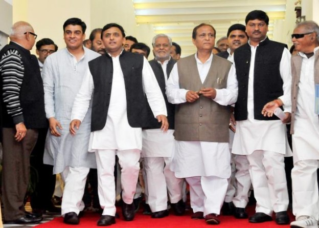 उत्तर प्रदेश के मुख्यमंत्री श्री अखिलेश यादव 18 फरवरी, 2015 को राज्य विधान मण्डल की कार्यवाही में शामिल होने के लिए जाते हुए।