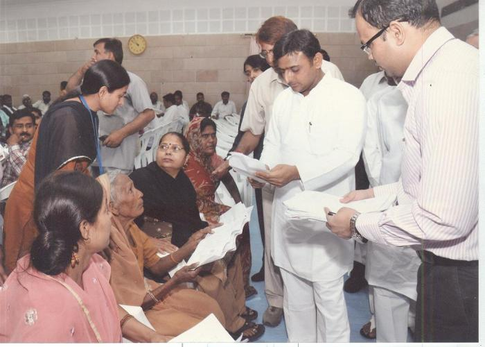 मुख्यमंत्री श्री अखिलेश यादव 18 अप्रैल, 2012 को लखनऊ स्थित अपने सरकारी आवास पर आयोजित जनता दर्शन में लोगों की समस्यायें सुनते हुए।
