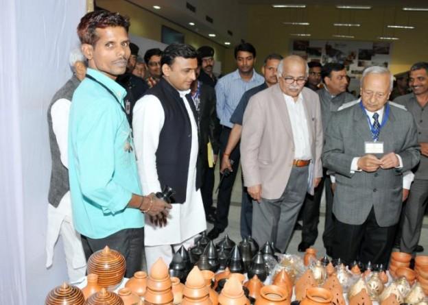 मुख्यमंत्री श्री अखिलेश यादव 14 मार्च, 2015 को पर्यटन भवन, लखनऊ में आयोजित 'आजमगढ़ महोत्सव' में आयोजित प्रदर्शनी का अवलोकन करते हुए।