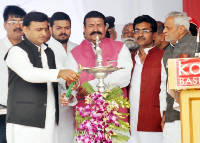 उत्तर प्रदेश के मुख्यमंत्री श्री अखिलेश यादव 14 मार्च, 2015 को कुशीनगर में कार्यक्रम का शुभारम्भ दीप प्रज्ज्वलित कर करते हुए।