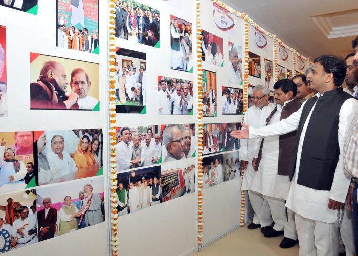 मुख्यमंत्री श्री अखिलेश यादव 22 मार्च, 2015 को अपने सरकारी आवास पर आयोजित 'समाजवादी फोटो प्रदर्शनी' का अवलोकन करते हुए।
