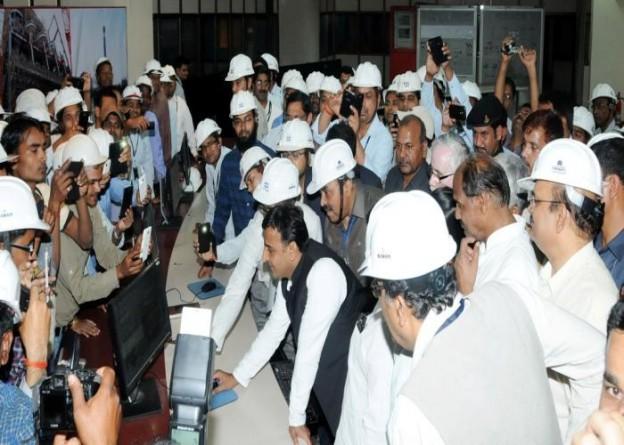 उत्तर प्रदेश के मुख्यमंत्री श्री अखिलेश यादव 31 मार्च, 2015 को सोनभद्र में अनपराडी तापीय परियोजना की प्रथम इकाई का बटन दबाकर लोकार्पण करते हुए।