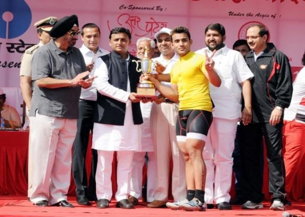 उत्तर प्रदेश के मुख्यमंत्री श्री अखिलेश यादव 5 अप्रैल, 2015 को लखनऊ में नेशनल साइक्लिंग2015 के विजेता प्रतिभागी को पुरस्कृत करते हुए।