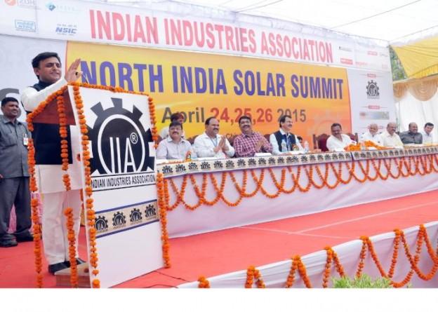 मुख्यमंत्री श्री अखिलेश यादव 24 अप्रैल, 2015 को लखनऊ में आयोजित 'नार्थ इण्डिया सोलर समिट 2015' को सम्बोधित करते हुए।